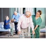 lar para idoso com equipe de médicos